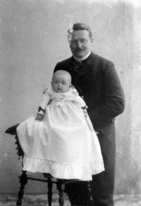 Paul Trömel mit Tochter Rosemarie 1903